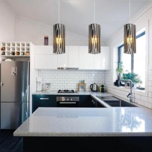 Moderno e de fácil harmonização, pendentes possuem design decorativo e estrutura elegante. Clique aqui para comprar. (Foto: Bronzearte)