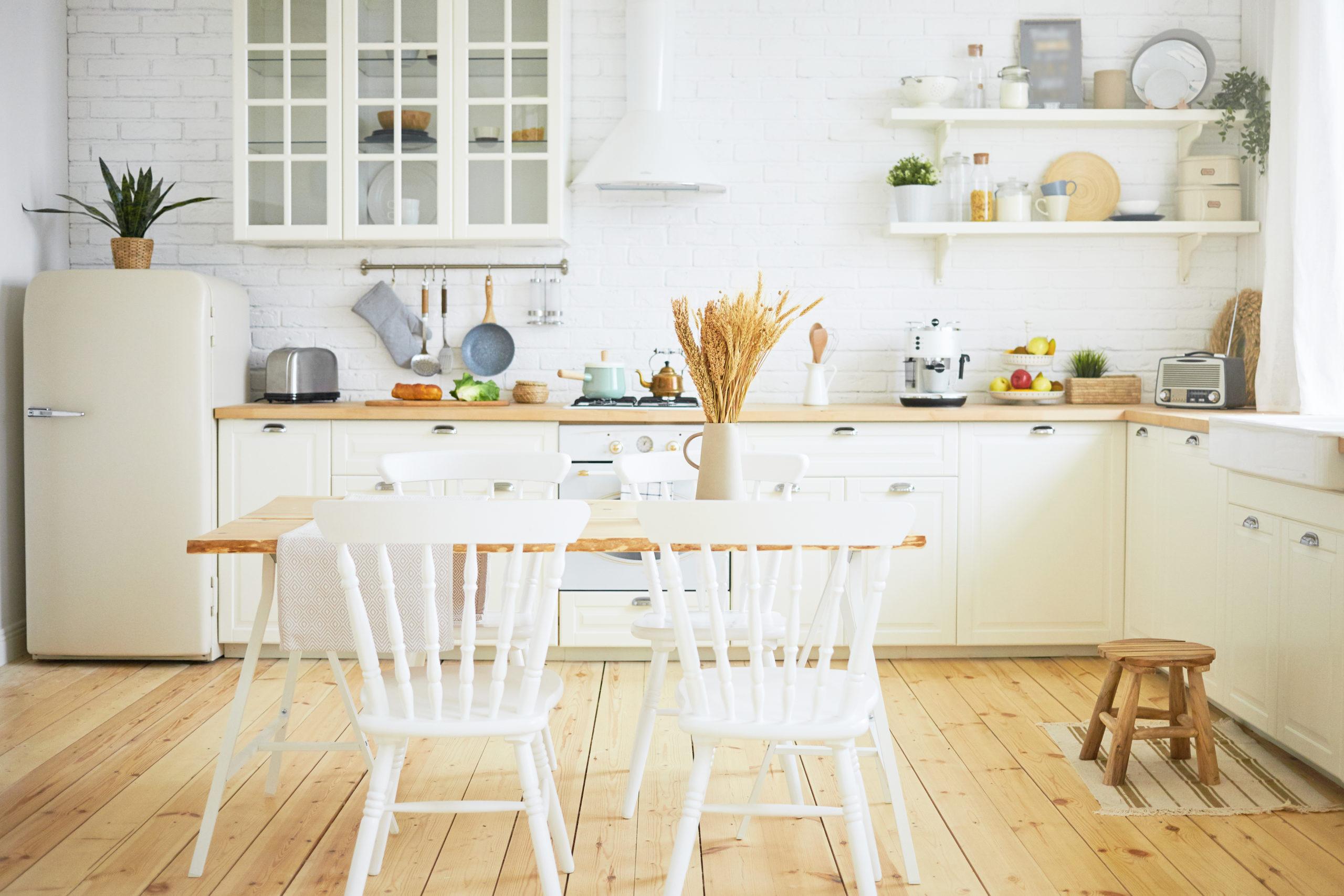 Estante-na-cozinha-ou-na-sala-de-jantar-para-expor-loucas
