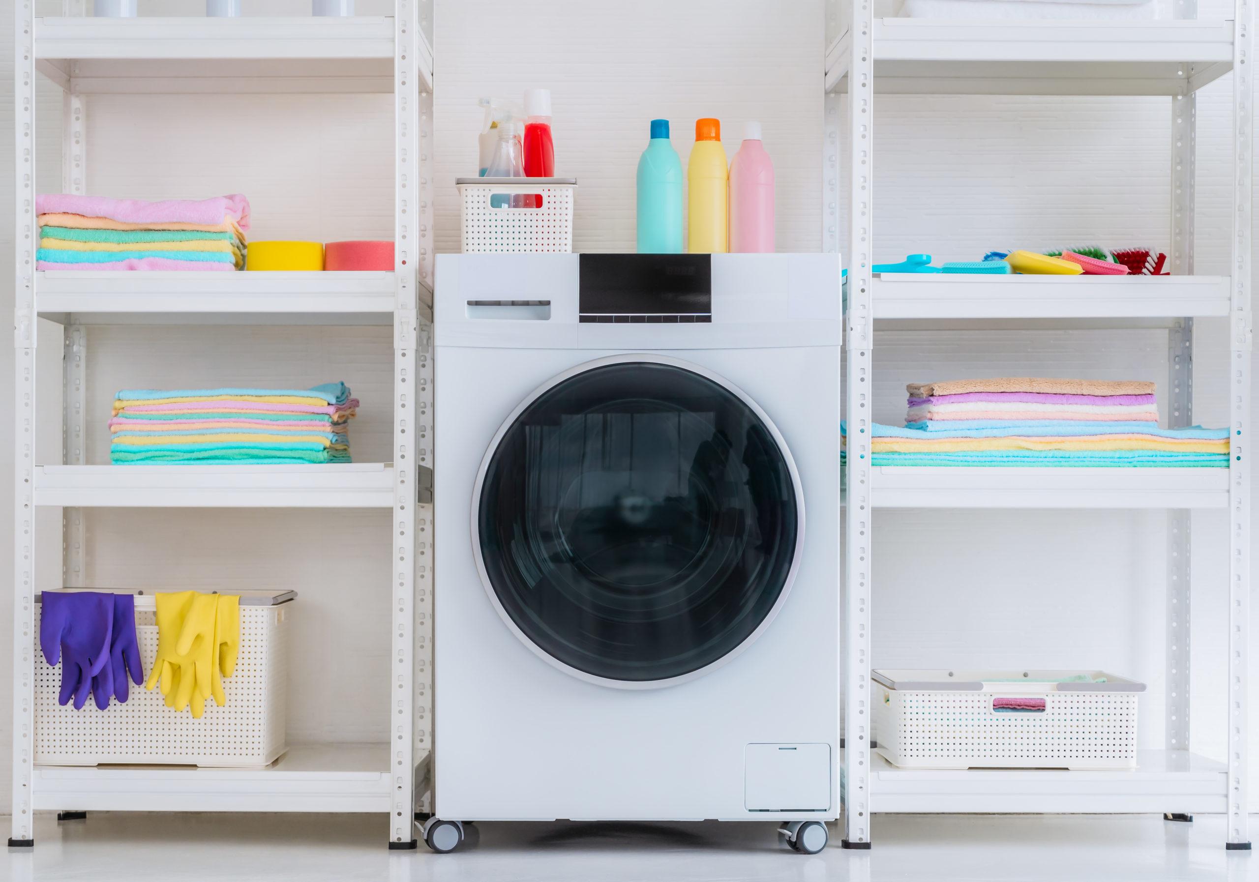 Prateleiras metálicas te ajudam a organizar os armários da cozinha ou da área de serviço